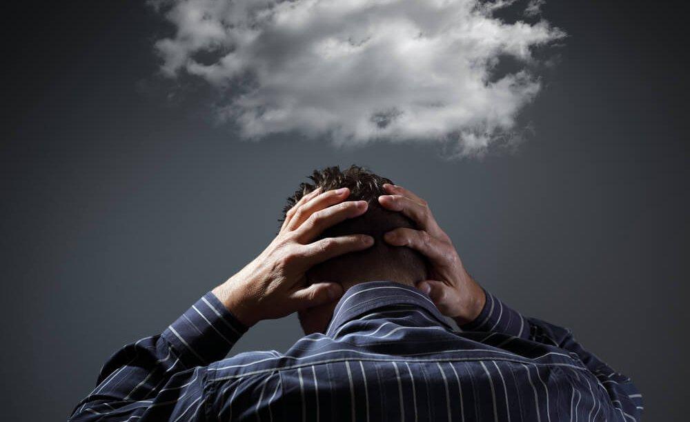 hombre-con-pensamientos-negativos-e1514024959605