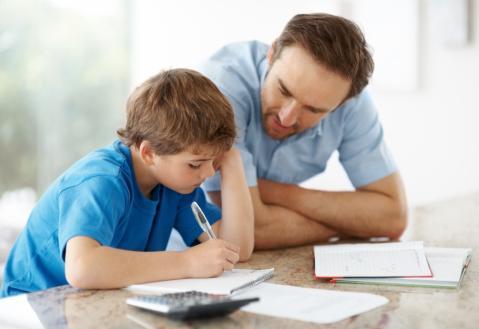 padre-estudiando-con-su-hijo