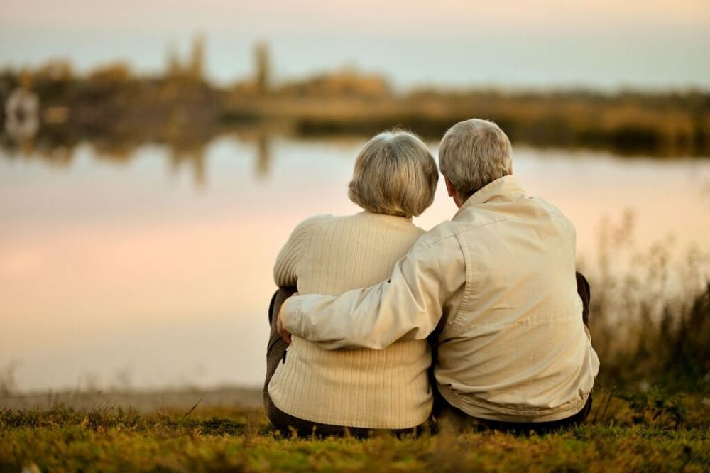 pareja-sentada-a-orillas-de-un-rio