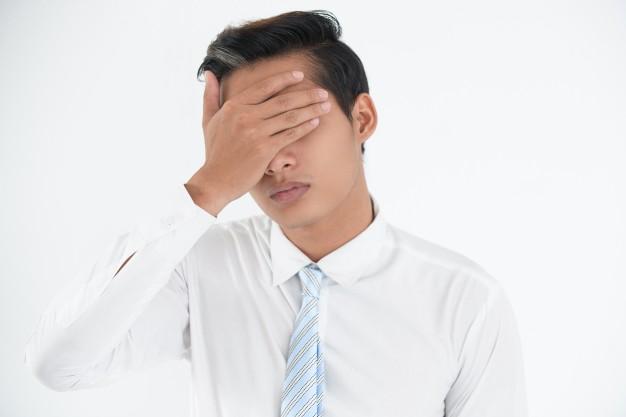 cara-joven-empresario-preocupado-haciendo-error_1262-5030