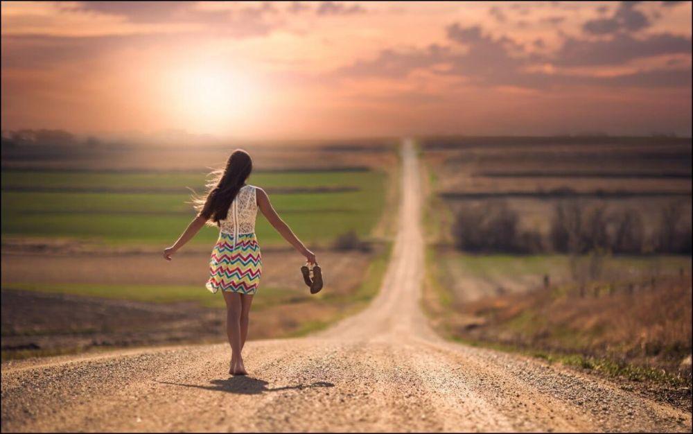 feliz-en-la-vida-mujer-caminando-sola-descalza