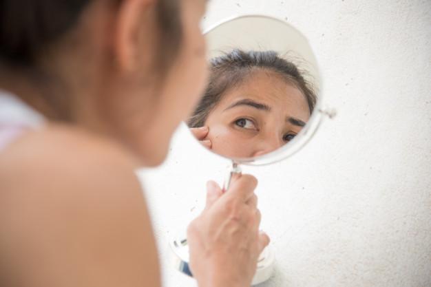 mujeres-mediana-edad-miran-al-espejo-ver-arrugas-faciales_40919-890