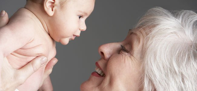abuela-mira-recien-nacido-p