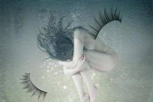 mujer-sin-ropa-debajo-del-agua-500x333