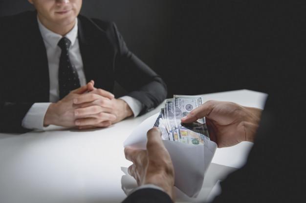 empresario-recibiendo-dinero-dolares-estadounidenses-sobre-socio_8087-1559