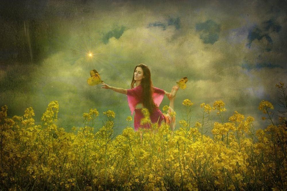 mujer-con-mariposas-en-un-campo-de-flores-1024x681