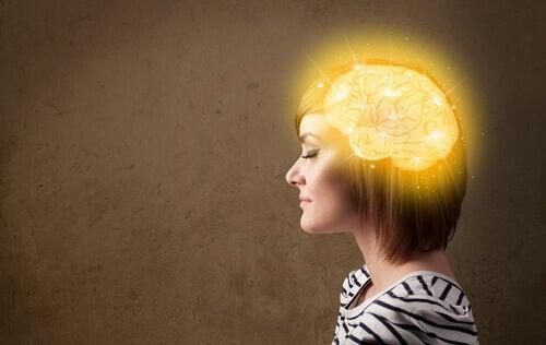 mujer-con-el-cerebro-iluminado
