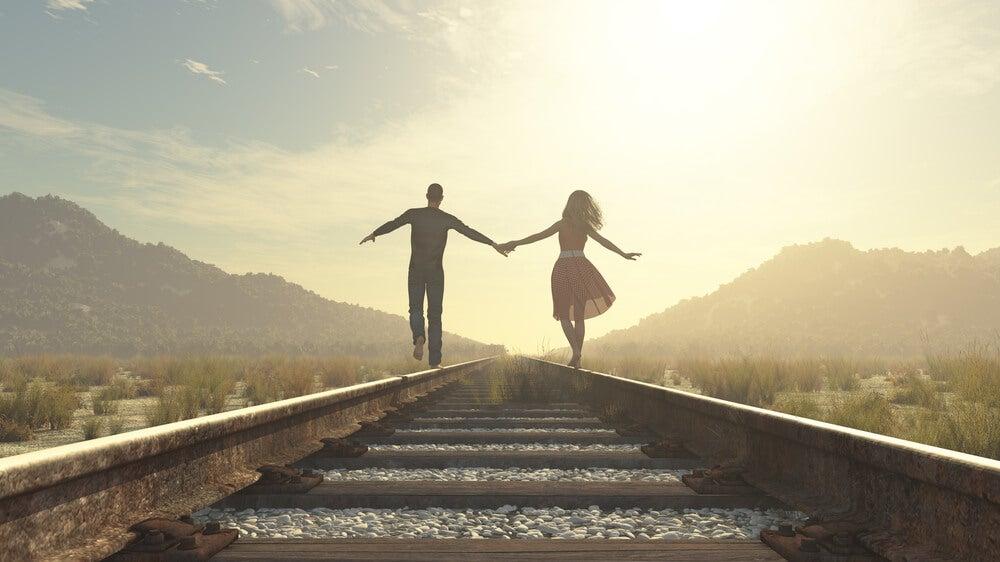 pareja-por-via-tren