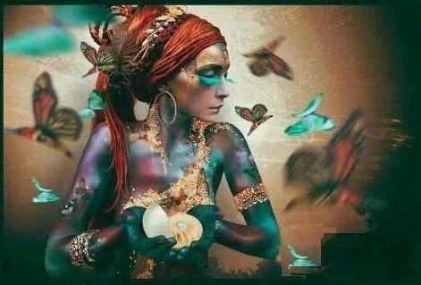 A.-Mujer-de-mariposas