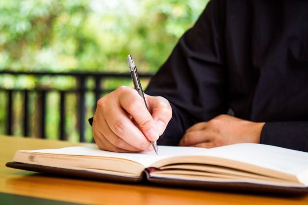 hombre-negocios-escribiendo-libro_1388-313