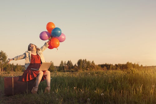 mujer-feliz-que-sabe-vivir-el-presente