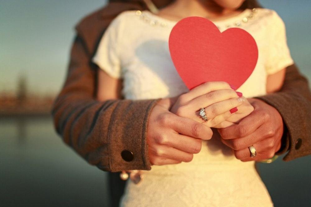 pareja-abrazada-sosteniendo-un-corazon-1024x682