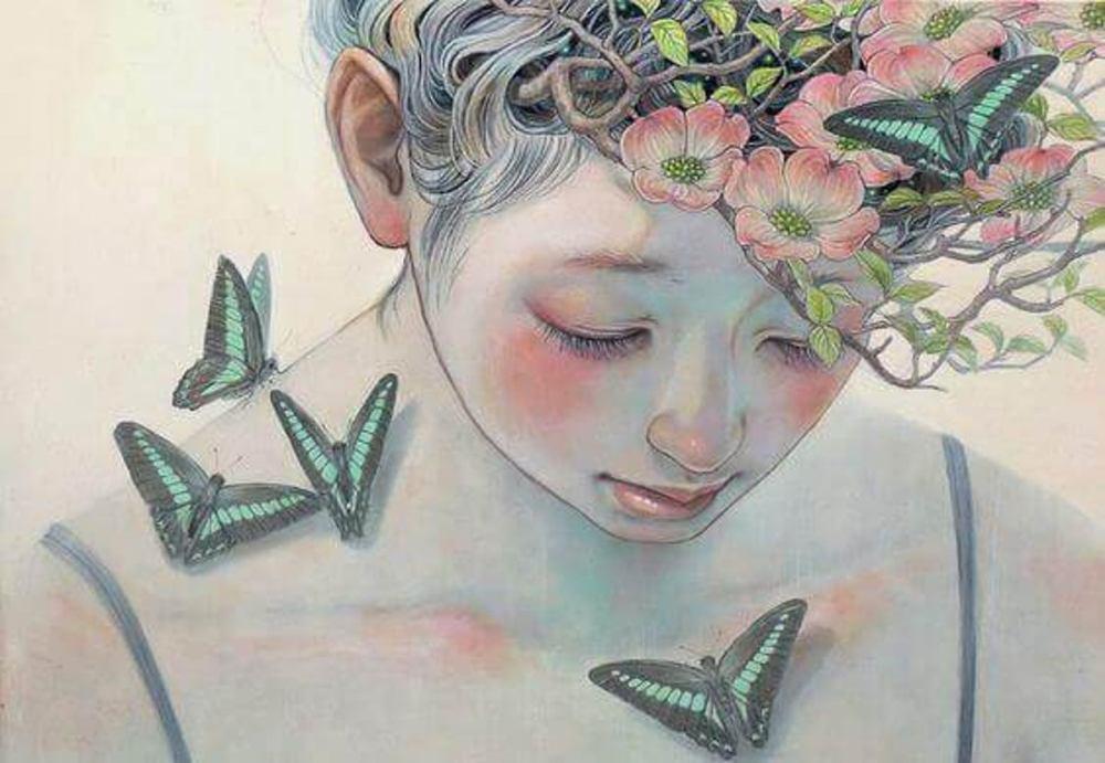 mujer-con-flores-y-mariposas-mirando-hacia-abajo