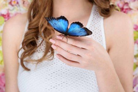 depositphotos_183514294-stock-photo-cropped-shot-woman-beautiful-blue