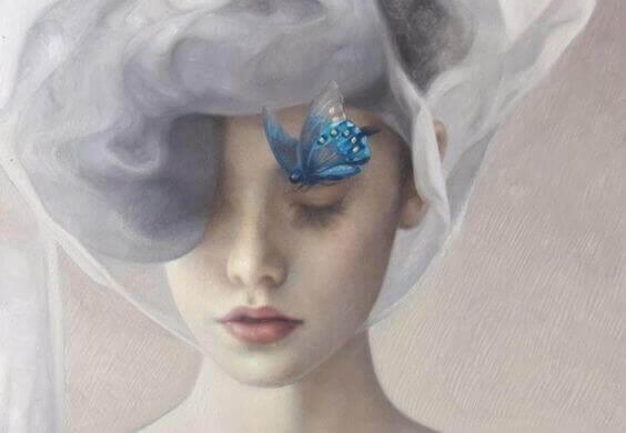 mujer-pensando-en-su-reponsabilidad-con-una-mariposa-azul-en-la-cabeza-1