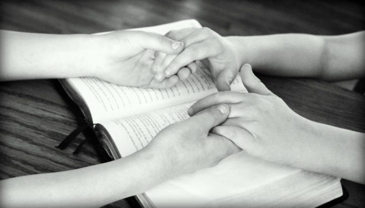 holding-hands-752878_1280-e1542717386797