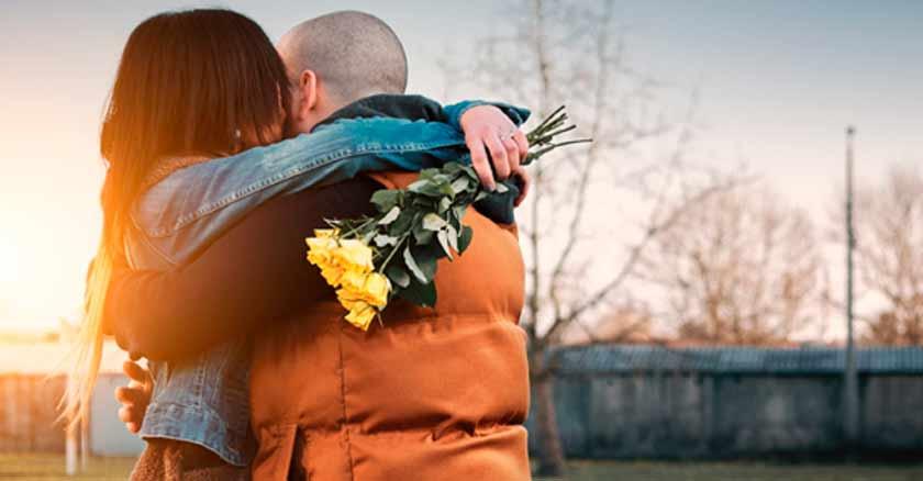 hombre-abraza-a-mujer-esposos-abrazados-perdonar-abrazo-perdon