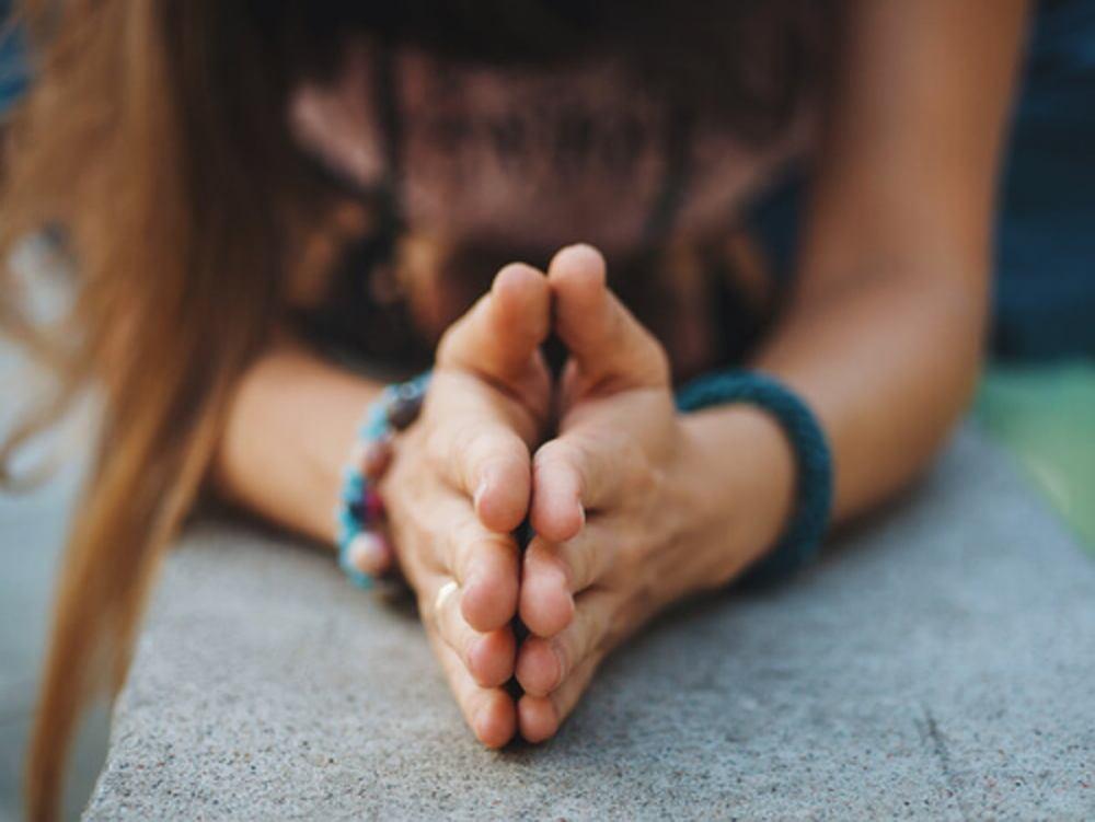 mujer-con-las-manos-juntas-expresando-gratitud