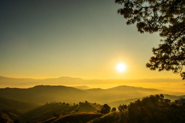 amanecer-vistas-montana-niebla-manana-norte-tailandia_38825-94