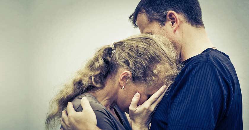 esposa-llorando-manos-en-rostro-sobre-pecho-de-su-esposo-perdon-perdonar