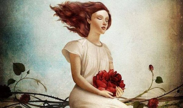Mujer-con-flor-entre-sus-manos-600x353